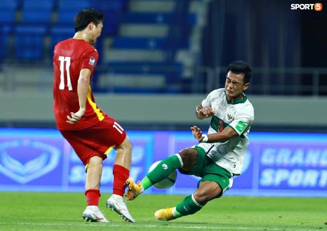 Pha vào bóng bằng gầm giầy thô bạo của cầu thủ Indonesia với Tuấn Anh-5
