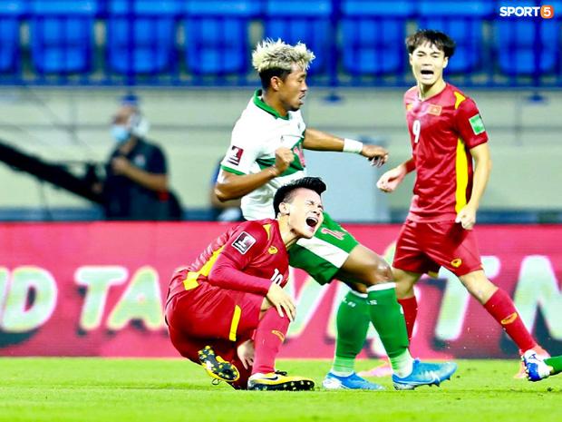 Pha vào bóng bằng gầm giầy thô bạo của cầu thủ Indonesia với Tuấn Anh-11