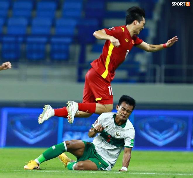 Pha vào bóng bằng gầm giầy thô bạo của cầu thủ Indonesia với Tuấn Anh-2