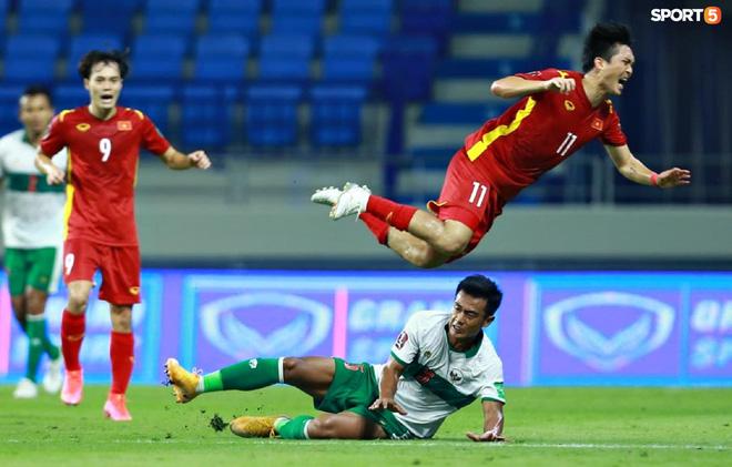 Pha vào bóng bằng gầm giầy thô bạo của cầu thủ Indonesia với Tuấn Anh-4