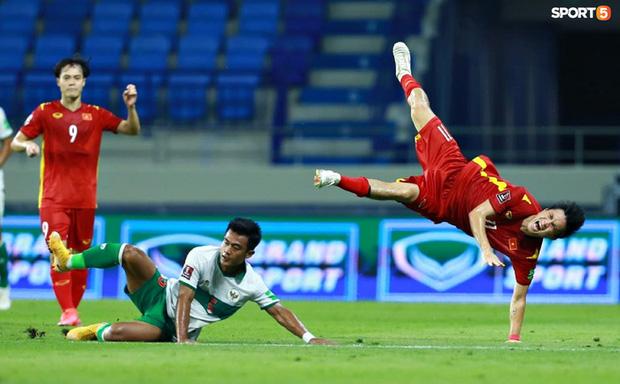 Pha vào bóng bằng gầm giầy thô bạo của cầu thủ Indonesia với Tuấn Anh-6