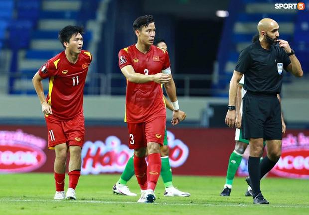 Pha vào bóng bằng gầm giầy thô bạo của cầu thủ Indonesia với Tuấn Anh-7