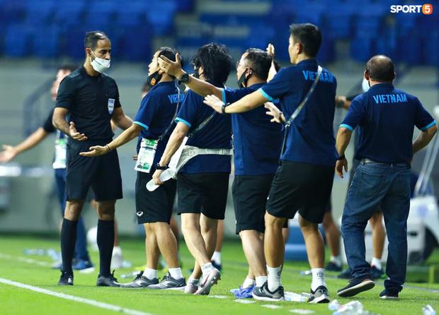 Pha vào bóng bằng gầm giầy thô bạo của cầu thủ Indonesia với Tuấn Anh-8