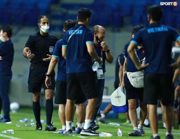 Pha vào bóng bằng gầm giầy thô bạo của cầu thủ Indonesia với Tuấn Anh-9