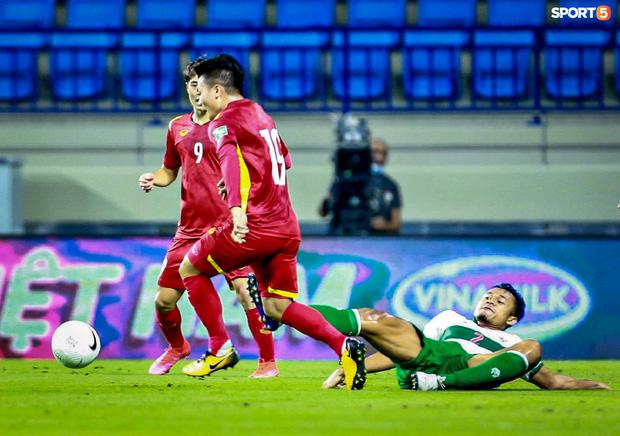 Pha vào bóng bằng gầm giầy thô bạo của cầu thủ Indonesia với Tuấn Anh-10