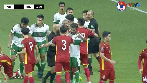 Xem trận Việt Nam VS Indonesia, muốn hét thất thanh giữa đêm: Đá bóng hay đá người?-2