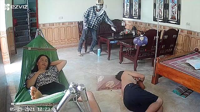 Mở cửa ngủ trưa, trộm lẻn vào nhà lấy đi 2 chiếc điện thoại