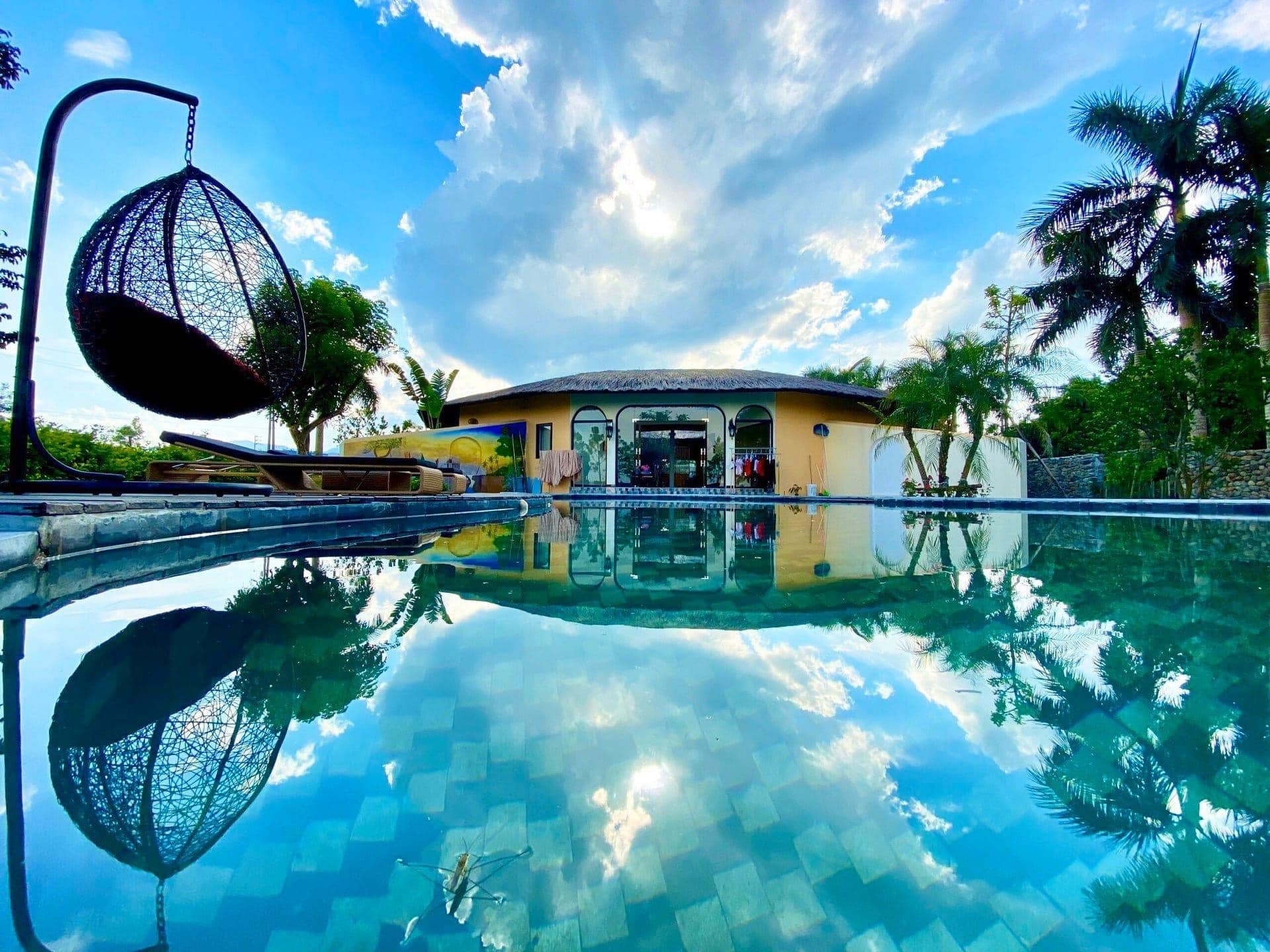 Vợ chồng Hà Nội về ngoại ô xây nhà mái lá, có đủ bể bơi xanh mát-5