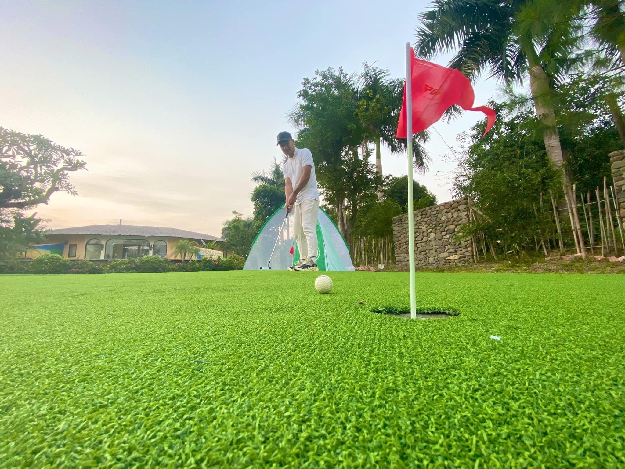 Vợ chồng Hà Nội về ngoại ô xây nhà mái lá, có đủ bể bơi xanh mát-16