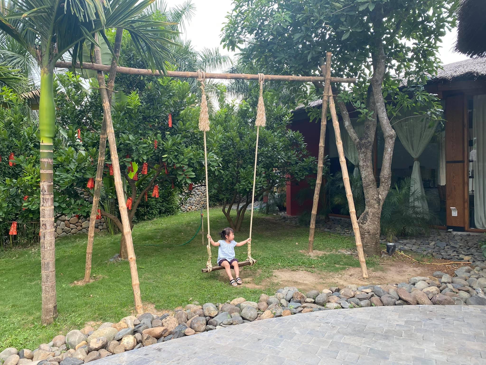 Vợ chồng Hà Nội về ngoại ô xây nhà mái lá, có đủ bể bơi xanh mát-17