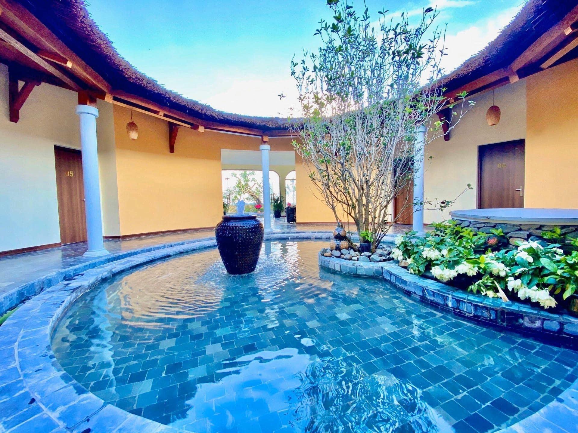 Vợ chồng Hà Nội về ngoại ô xây nhà mái lá, có đủ bể bơi xanh mát-8