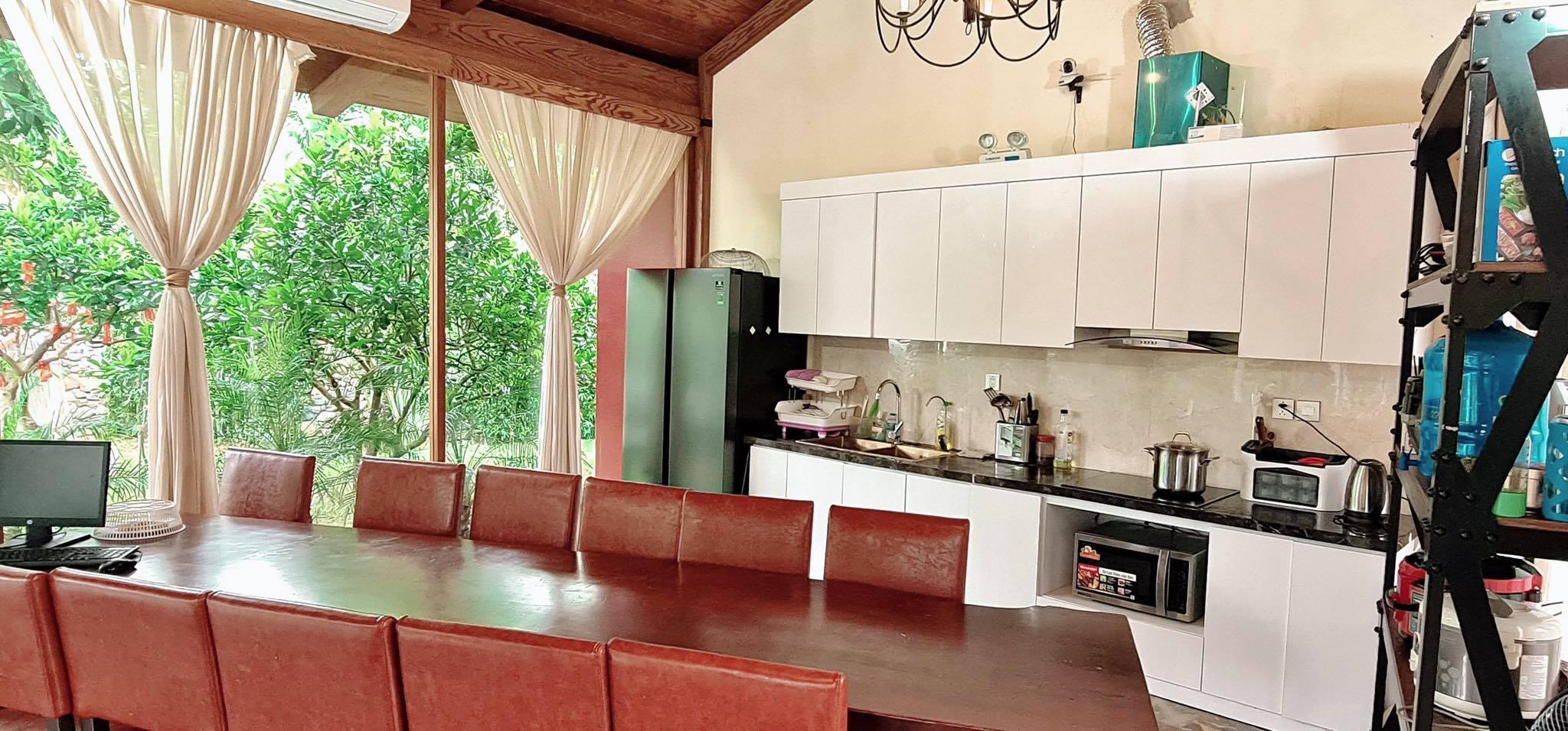 Vợ chồng Hà Nội về ngoại ô xây nhà mái lá, có đủ bể bơi xanh mát-18