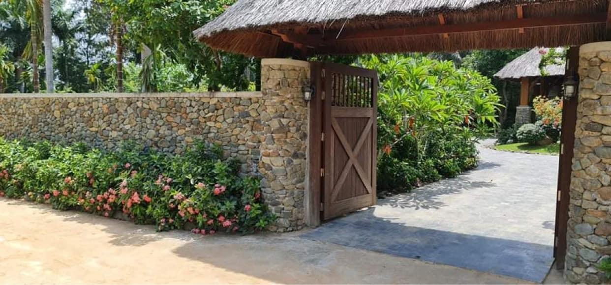 Vợ chồng Hà Nội về ngoại ô xây nhà mái lá, có đủ bể bơi xanh mát-3