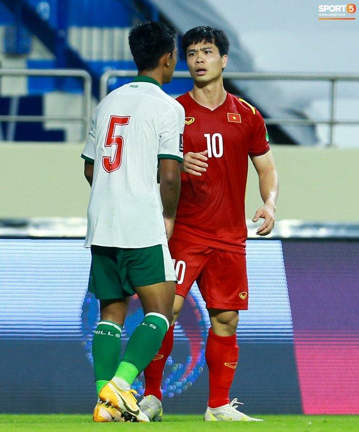 Công Phượng nổi giận vì bị đá xấu, cố kiềm chế không đánh cầu thủ Indonesia-1