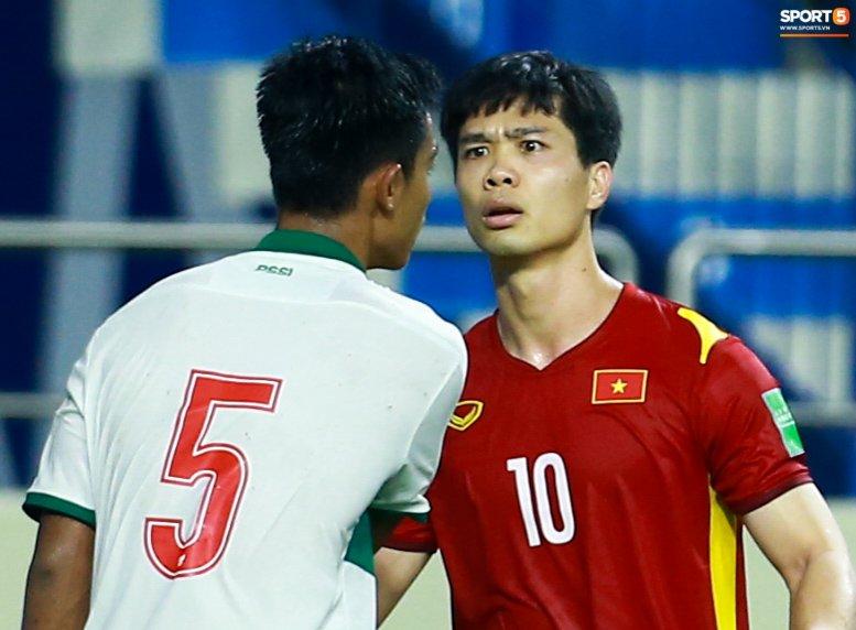 Công Phượng nổi giận vì bị đá xấu, cố kiềm chế không đánh cầu thủ Indonesia-5