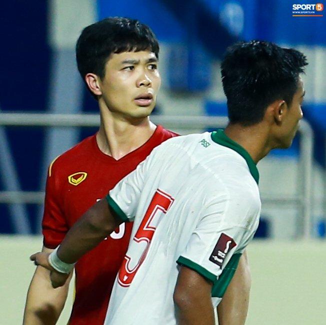 Công Phượng nổi giận vì bị đá xấu, cố kiềm chế không đánh cầu thủ Indonesia-3