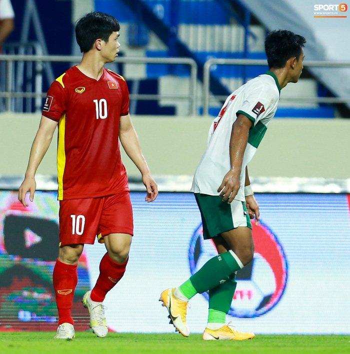 Công Phượng nổi giận vì bị đá xấu, cố kiềm chế không đánh cầu thủ Indonesia-6