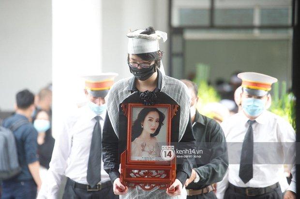 2 người chồng cũ Hoa hậu Thu Thuỷ bật khóc nghẹn ngào, con trai và con gái thất thần trong tang lễ của mẹ-5