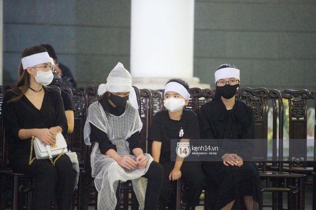 2 người chồng cũ Hoa hậu Thu Thuỷ bật khóc nghẹn ngào, con trai và con gái thất thần trong tang lễ của mẹ-9