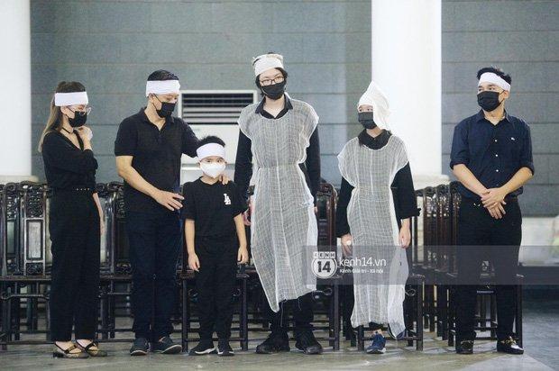 2 người chồng cũ Hoa hậu Thu Thuỷ bật khóc nghẹn ngào, con trai và con gái thất thần trong tang lễ của mẹ-4