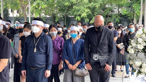 2 người chồng cũ Hoa hậu Thu Thuỷ bật khóc nghẹn ngào, con trai và con gái thất thần trong tang lễ của mẹ-7