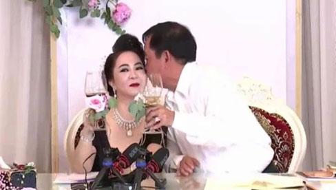 Bà Phương Hằng trang điểm như cô dâu, thiết kế quanh nhà như tiệc cưới bằng hoa tươi để kỷ niệm 15 năm ngày cưới