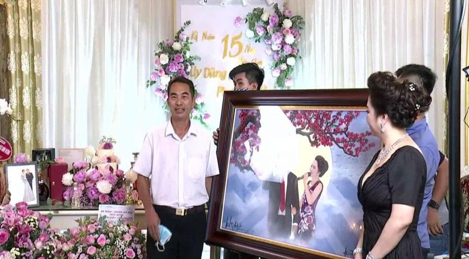 Bà Phương Hằng trang điểm như cô dâu, thiết kế quanh nhà như tiệc cưới bằng hoa tươi để kỷ niệm 15 năm ngày cưới-2