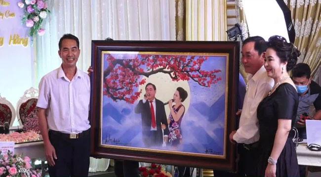 Bà Phương Hằng trang điểm như cô dâu, thiết kế quanh nhà như tiệc cưới bằng hoa tươi để kỷ niệm 15 năm ngày cưới-3
