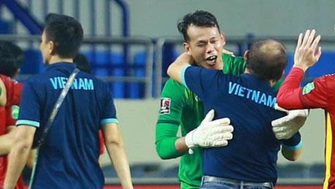 Cái ôm của thầy Park với Tấn Trường: Niềm tin trở lại sau 12 năm chịu