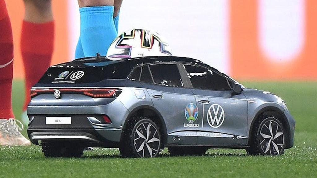 Trái bóng khởi động Euro 2020 được mang tới trên một chiếc xe đặc biệt gây tò mò