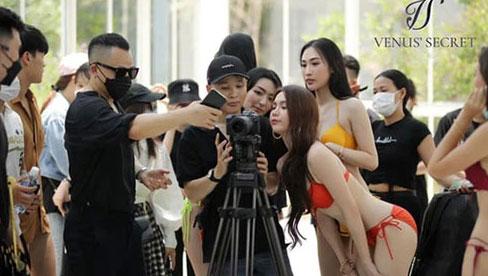 """Ngọc Trinh gây tranh cãi dữ dội vì tụ tập ekip đông người, không đeo khẩu trang chụp ảnh """"sống ảo"""" giữa lúc dịch phức tạp"""