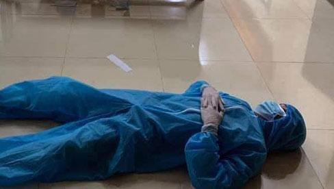 Xót xa cảnh đội ngũ y tế mệt nhoài, nằm ngủ bệt giữa sàn nhà sau khi xuyên đêm lấy 60.000 mẫu xét nghiệm Covid-19