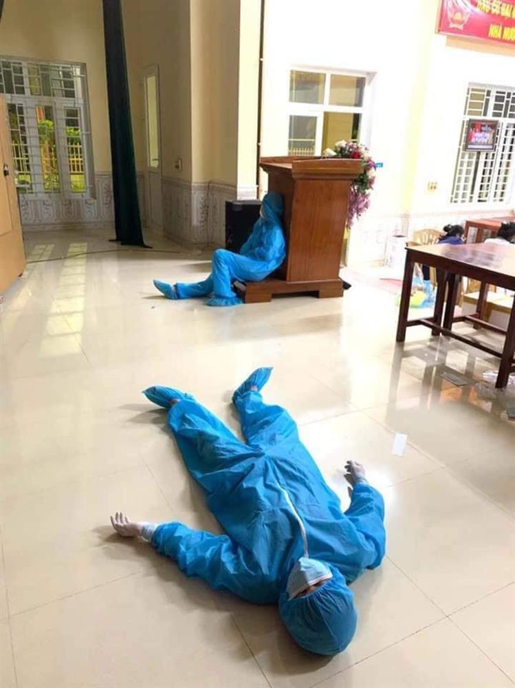 Xót xa cảnh đội ngũ y tế mệt nhoài, nằm ngủ bệt giữa sàn nhà sau khi xuyên đêm lấy 60.000 mẫu xét nghiệm Covid-19-1