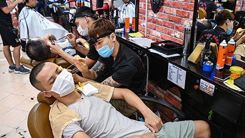 Từ 0h ngày 22/6, Hà Nội mở lại tiệm cắt tóc, cà phê, quán ăn trong nhà