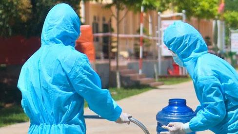 Giữa trời nắng 40 độ, bộ đội mặc áo bảo hộ kín mít đưa cơm cho công nhân Bắc Giang đang cách ly tập trung