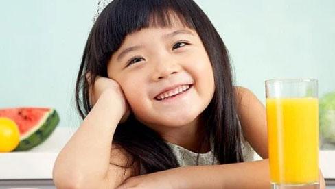 Bác sĩ Nhi chỉ ra sai lầm phổ biến mà các mẹ thường mắc phải khi cho con ăn cam hoặc uống nước cam
