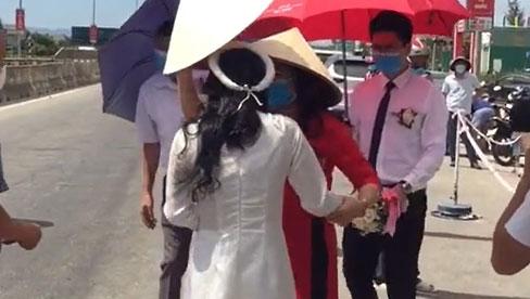 Gia đình giao cô dâu tại chốt phong tỏa cho chú rể rồi về