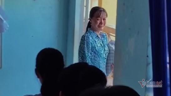 Cô giáo Đồng Tháp bật khóc nức nở giây phút chia tay học trò lớp 12-1