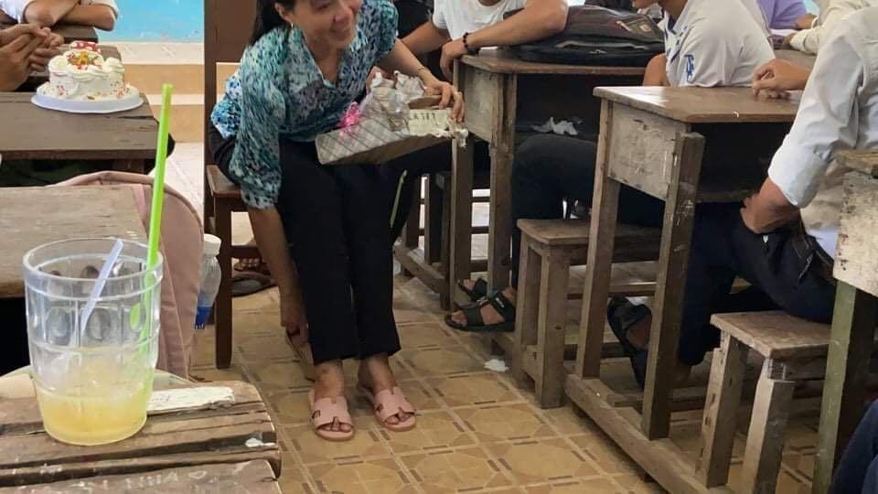 Cô giáo Đồng Tháp bật khóc nức nở giây phút chia tay học trò lớp 12-2