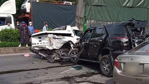 Thanh Hóa: 10 xe ô tô tông liên hoàn, 1 người chết, 5 người khác nhập viện cấp cứu