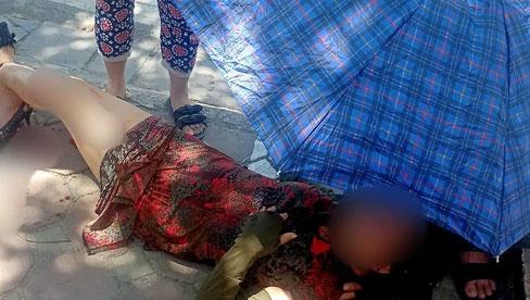 Hà Nội: Áo chống nắng bị cuốn vào bánh xe, người phụ nữ gãy gập cổ chân, nằm đau đớn giữa đường phố