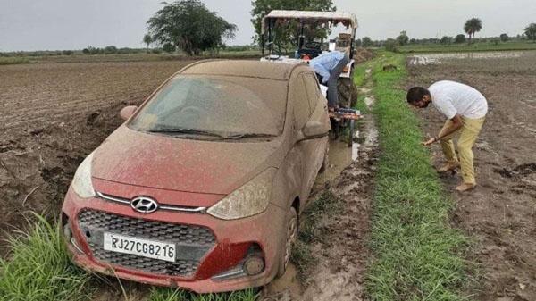 Đi theo Google Maps, Grand i10 'tắm bùn' lấm lem giữa đồng