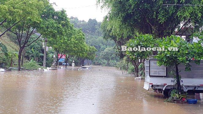 Các tỉnh phía Bắc bắt đầu mưa to, ô tô, xe máy chìm nghỉm trong nước-2
