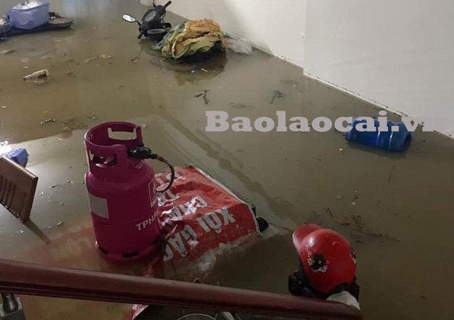 Các tỉnh phía Bắc bắt đầu mưa to, ô tô, xe máy chìm nghỉm trong nước-3