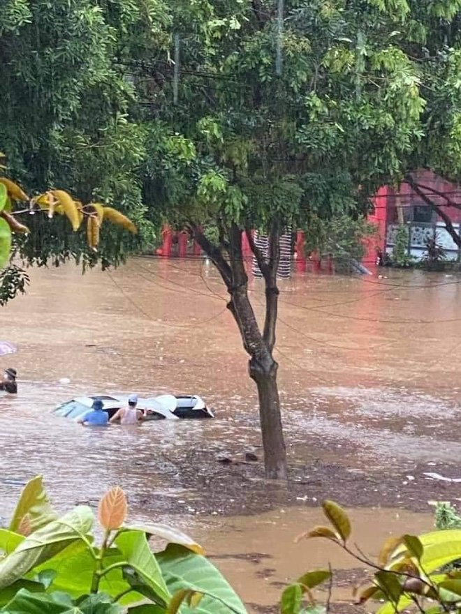 Các tỉnh phía Bắc bắt đầu mưa to, ô tô, xe máy chìm nghỉm trong nước-5