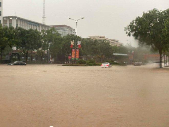 Các tỉnh phía Bắc bắt đầu mưa to, ô tô, xe máy chìm nghỉm trong nước-6