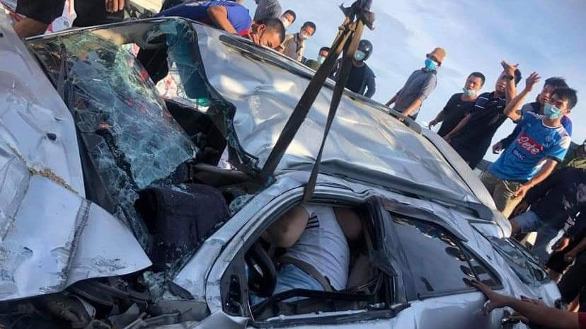 Chui ra từ ô tô bị đâm nát bét, tài xế xúc động chắp tay cảm ơn người dân đã hợp lực cứu