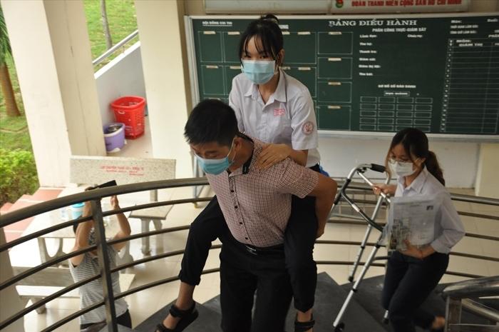 Nữ sinh gãy chân được giáo viên cõng tới tận phòng thi-3