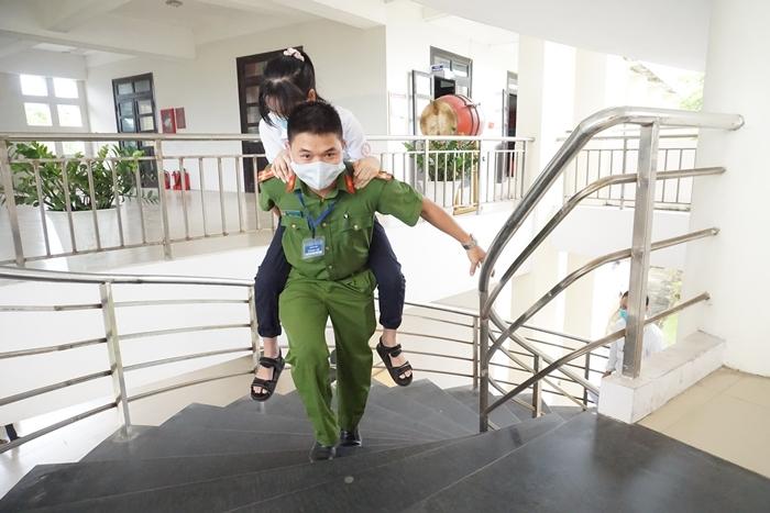 Nữ sinh gãy chân được giáo viên cõng tới tận phòng thi-4