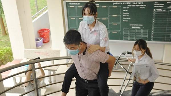Nữ sinh gãy chân được giáo viên cõng tới tận phòng thi